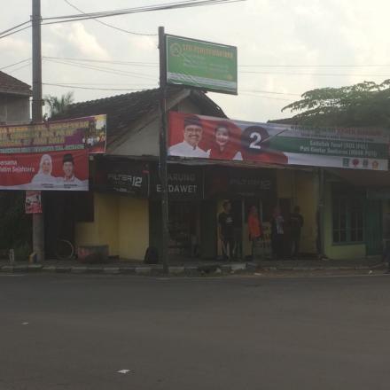 Pemasangan APK Pilkada di Desa Balongbesuk